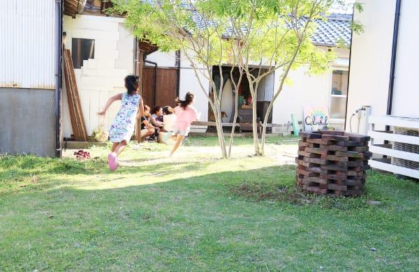 外で遊ぶ子どもたち