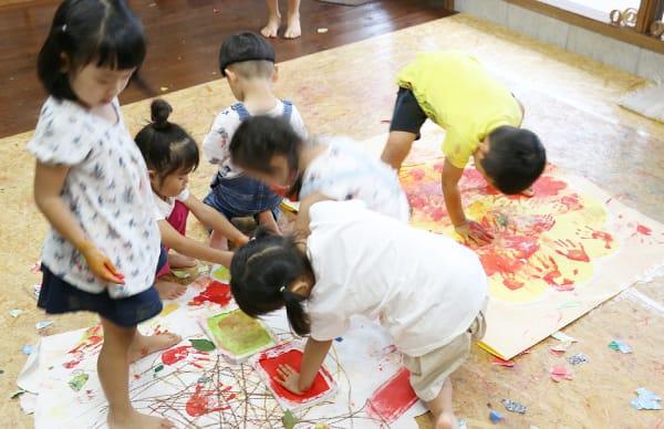 作品制作中の子どもたち